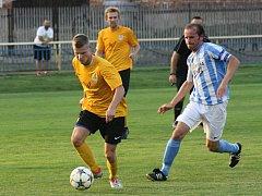 Posledním osmifinalistou jihomoravského poháru se staly Mutěnice (ve žlutých dresech), které ve středeční dohrávce 1. kola vyhrály v Šardicích těsně 1:0.