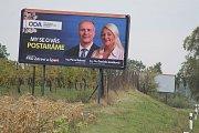 Billboard Občanské demokratická aliance i s lídryní v Jihomoravském kraji Danielou Janíčkovou je na silnici I/55 blízko odbočky na Hrušky a Tvrdonice.