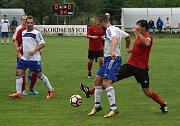 Fotbalisté Velké nad Veličkou (v červených dresech) porazili v derby Blatnici 1:0. Sobotní zápas v 77. minutě rozhodl domácí stoper Ondřej Spazier.