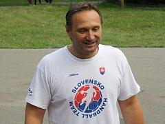Trenér veselských házenkářek Ľuboš Hudák se s panenkami vydal do Chřibů, kde interligový tým absolvuje krátké třídenní soustředění.