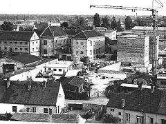 Hodonín – Výstavba DVS po roce 1960, KD je vzadu za jeřábem vpravo.