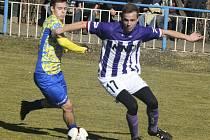 Hodonínští fotbalisté (v bílofialových dresech) zvládli přechod na přírodní trávu, když na hřišti Slovanu v Břeclavi porazili divizního rivala přesvědčivě 4:1.