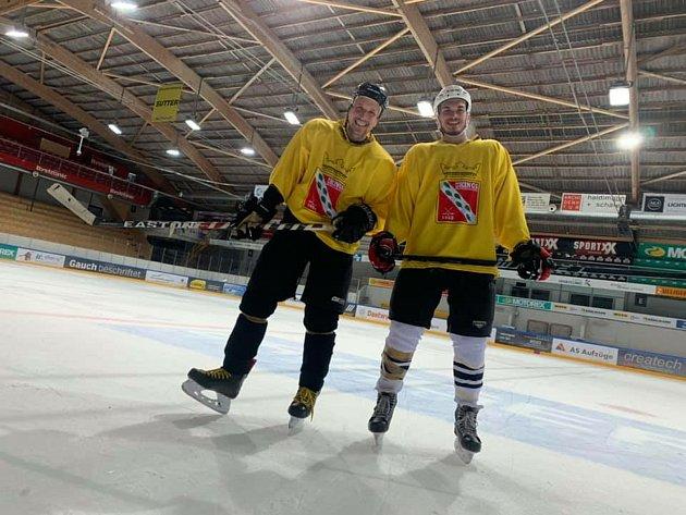 Na ledě se spoluhráčem Michalem Petrjánošem.