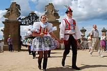 Folkloristé z Milotic předvedli na zámku, jak vypadala tradiční krojovaná svatba a co všechno s ní bylo spojeno.