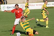 Fotbalisté Mutěnic (žluté dresy) po třech zápasech brali v krajském přeboru znovu tři body. Na Moravské Slavii zvítězili 2:0.