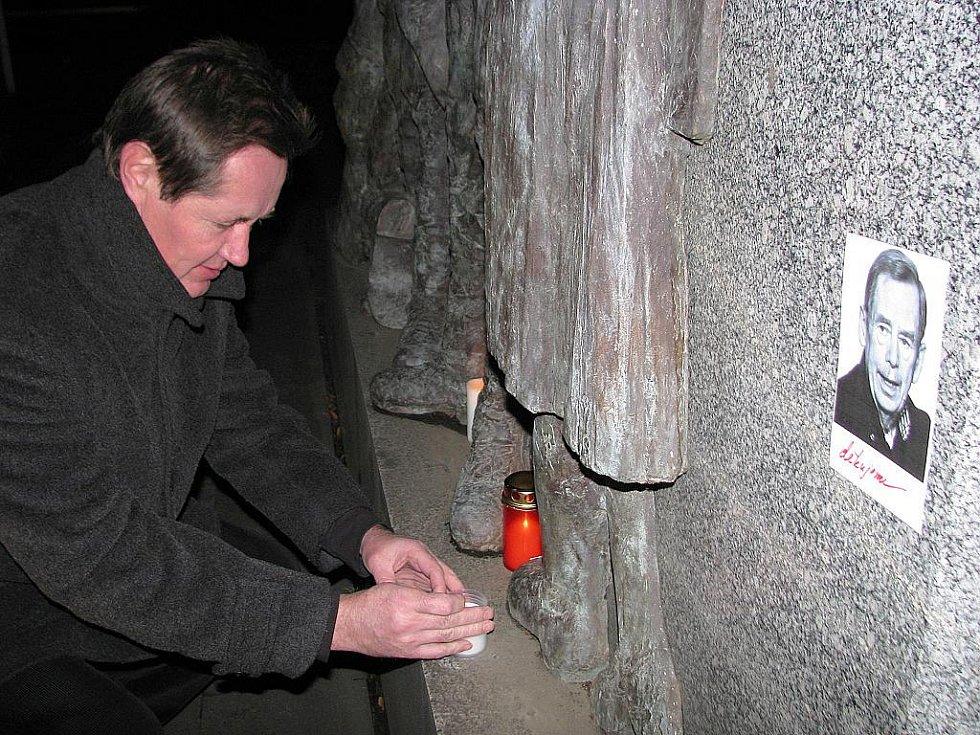Také v Hodoníně lidé zapalují svíčky za Václava Havla.