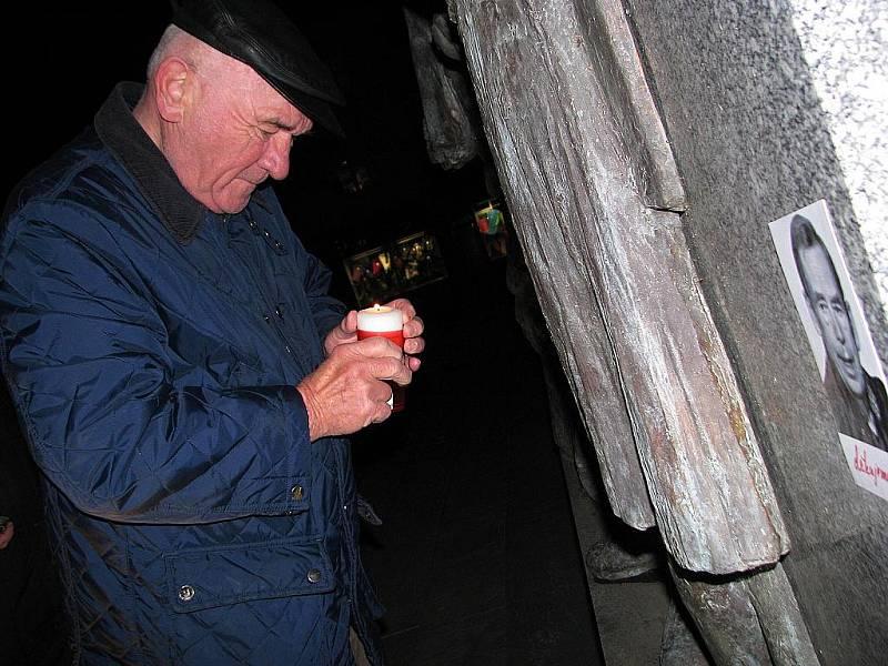 Také v Hodoníně přicházejí lidé zapálit svíčky za Václava Havla.