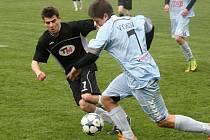 Ratíškovičtí fotbalisté (v černých dresech) v 17. kole první A třídy porazili béčko Vyškova 2:0. Obě branky Baníku zaznamenal záložník Martin Kordula.