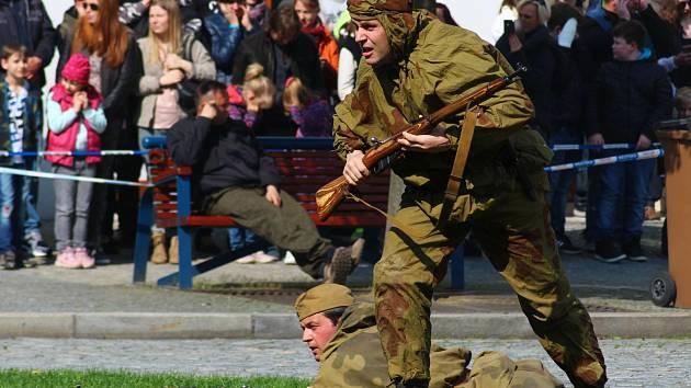 Vojensko-historické ukázky Kyjov - město válečných hrdinů se zúčastnilo více než sto nadšenců. Přijeli ze Slovenska, Německa i Dánska.