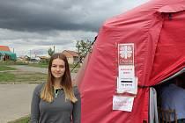 Kristina Mertová dobrovolnice v červeném krizovém stanu v Mikulčicích.
