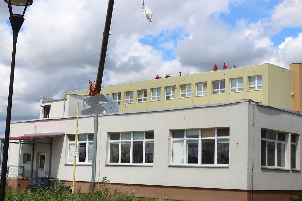 Škody na hlavní budově Integrované střední školy v Hodoníně a jejich odstraňování ve čtvrtek odpoledne.