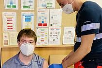 Záchranář a místostarosta obce Svatobořice-Mistřín Adam Pavel Špaček při očkování proti Covid-19.