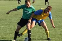 Ani nasazení obránce Radka Miléře (v zeleném) béčku Vacenovic v pohárovém souboji s Petrovem nepomohlo.