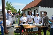 Vůně smažené cibulky, papriky, majoránky a česneku se nesla o druhém květnovém svátku napříč Bukovany.