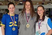Hodonínská plavkyně Lucie Zubalíková (vpravo) získala na letním mistrovství České republiky staršího žatva dva tituly, stejný počet stříbrných a jednu bronzovou medaili.