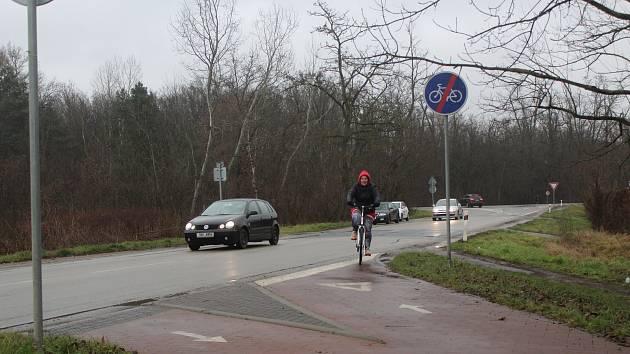 Křižovatka před Hodonínem státní silnice I/51 s krajskou na Lužice, do níž je svedená stávající cyklostezka.