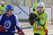 Sudoměřičtí hokejbalisté (ve žlutých dresech) v prvním zápase play-out přehráli Most 6:1 a zajistili si účast v extralize i pro příští soutěžní ročník.