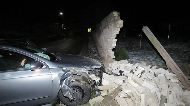 Po půlnoci narazilo auto do plotu u rodinného domu v Kyjově.
