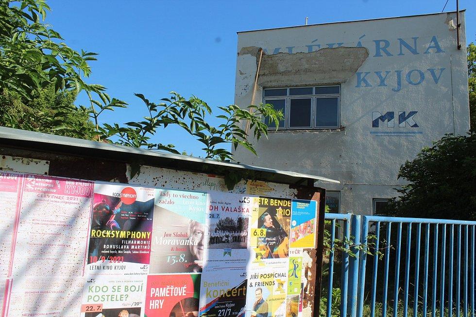 V areálu mlékárny v Kyjově začala demolice. Demoliční četa z Hranic vyklízí a rozebírá, co jde.