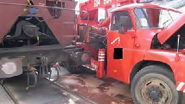Vagóny narazily do autojeřábu