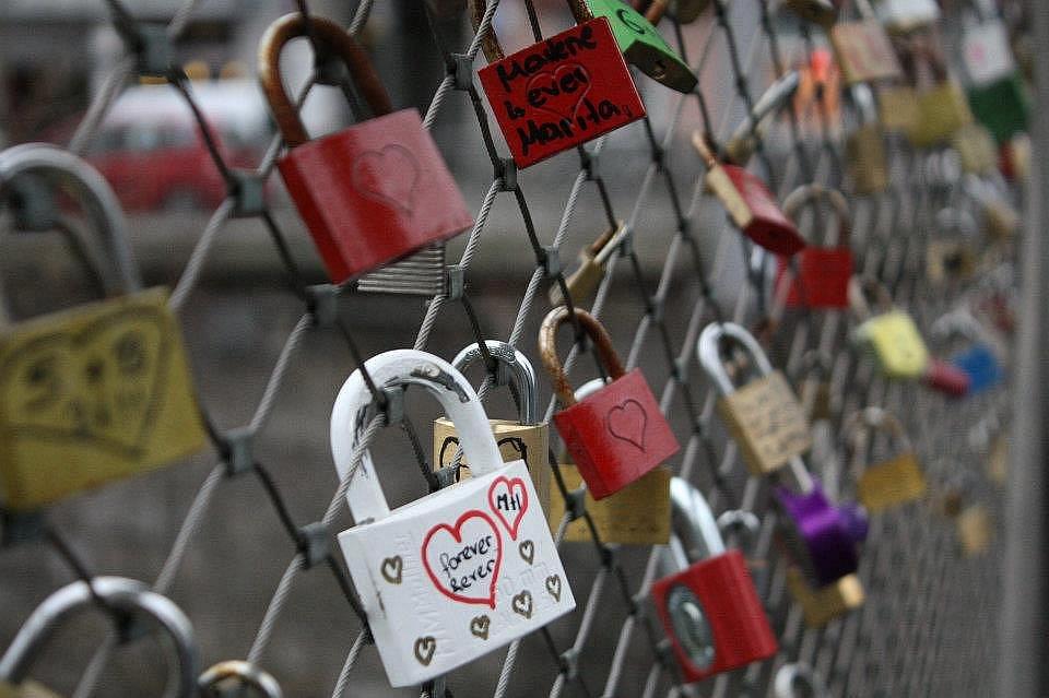 Symbolický zámek mohou u jezu nechat všichni zamilovaní.