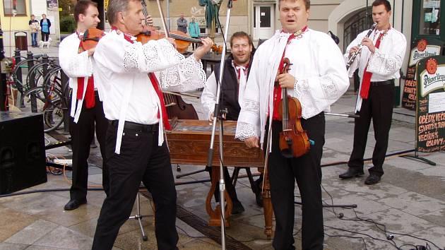 Cimbálová muzika OLina přivítala prezidenta Miloše Zemana v Hodoníně. Zahrála i Ach, synku, synku.