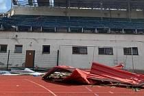 Hodonínský atletický stadion zaznamenal během tornáda obrovské škody.