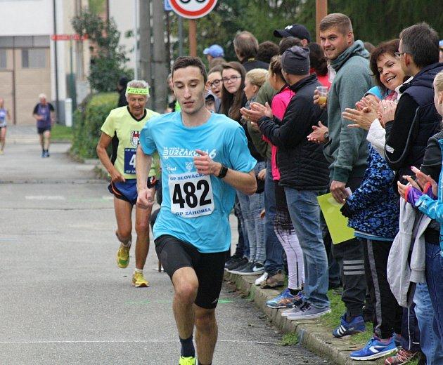 Jubilejní dvacátý ročník Burčákové šestky vyhrál David Kákona z Hodonína (číslo 482). Celkem se na start hlavního závodu postavilo 176 mužů a žen.