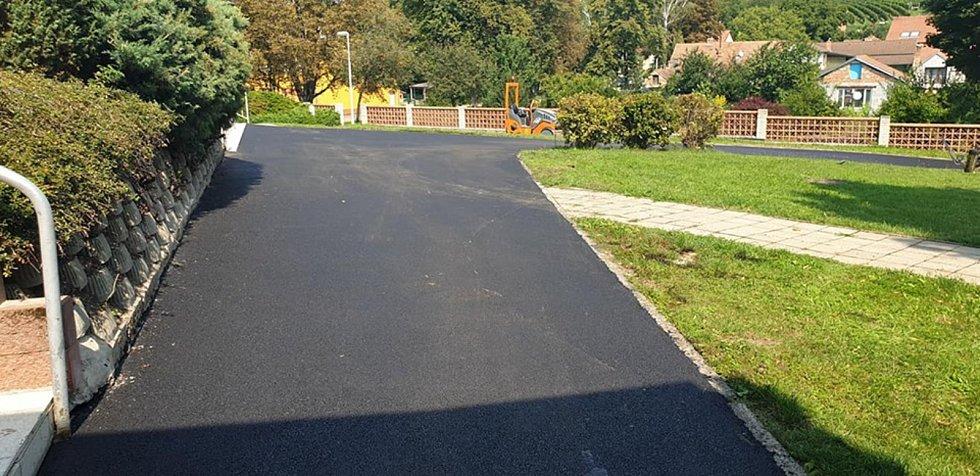 Před prázdninami stihli dokončit opravu povrchu chodníku před školou.