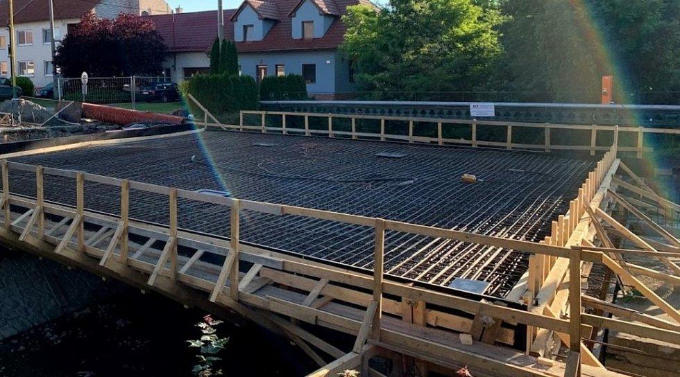Dělníci pokročili při stavbě nového mostu v Blatnici pod Svatým Antonínkem.