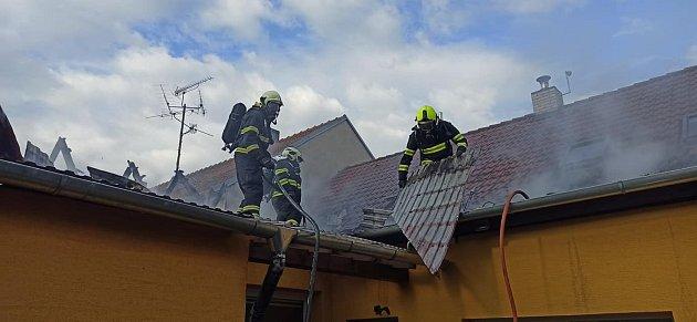 Šest jednotek hasičů likvidovalo požár střechy rodinného domu vMutěnicích na Hodonínsku.