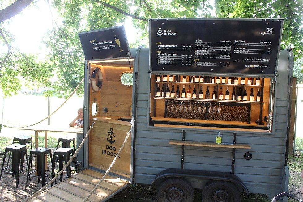 Místo budoucího kulturně-vzdělávacího vinařského areálu ve Veselí nad Moravou a jeho okolí koncem července 2021. Wine truck.