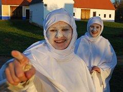 Mladá děvčata převlečená za lucky chodívala dům od domu zahalena do bílé plachty, vlasy schované pod plachetkou a obličej pokrytý vrstvou sádla a mouky.
