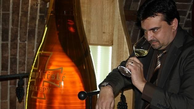 Čejkovické templářské sklepy představili unikátní vinnou láhev, která je svého druhu největší v České republice. Vejde do ní dvě stě litrů vína a její výška přesahuje dva metry.