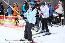 Sezona sjezdového lyžování odstartovala ve Skiaparku Filipov u Javorníka. Zahajovací víkend si nenechaly ujít stovky lidí.