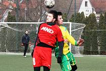 Záložník Hodonína Radim Holešinský (na snímku v červeném) se na výhře 5:1 nad Boskovicemi podílel jedním gólem.