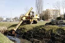 Čištění koryta potoka. Ilustrační foto.