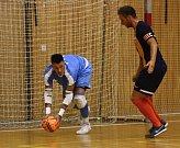 Futsalisté hodonínského Tanga (v modrých dresech) prohráli ve finále Jihomoravského krajského poháru FAČR s brněnským Helasem 2:3 na pokutové kopy.