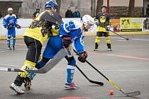 Hokejbalisté Kyjova zvítězili na hřišti Třebíče předvědčivě 6:0. Mezi střelce se v sobotu zapsal také mladý útočník Matěj Fraňo (na snímku v modrém dresu).