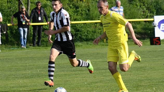 Zkušený záložník Robert Nekarda (na snímku ve žlutém dresu) pomohl fotbalistům Kozojídek v I. B třídě k dalšímu bodu.