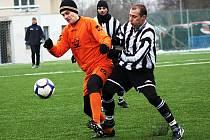 Záložník Bzence Petr Dobeš (vpravo) bojuje o míč s mladým veselským středopolařem. Slovan porazil v pátém kole zimního turnaje domácí tým 2:0.