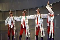 Pětatřicet dospělých a čtyři dětští verbíři zatančili v sobotu večer před plným sálem Evropa v Hodoníně. Předvedli mužský sólový tanec verbuňk, který je nehmotným kulturním dědictvím. Zahrála cimbálová muzika Lália.
