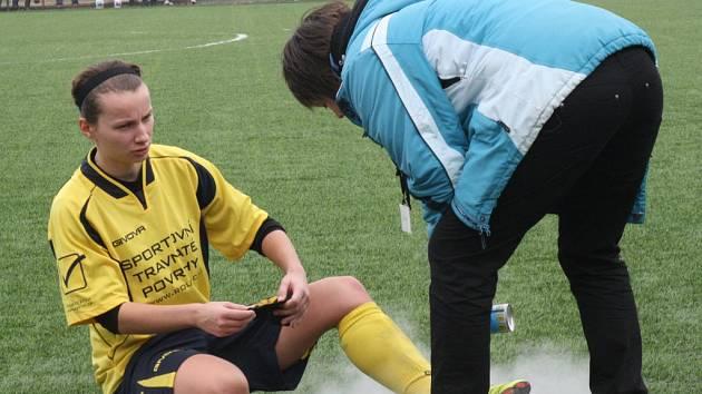 Fotbalistkám Nesytu umělá tráva v Dubňanech štěstí nepřinesla. Sobotní duel nedohrála záložníce Klára Lamáčková (na snímku).