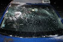 Auto taxislužby po nehodě mez Miloticemi a Skoronicemi.