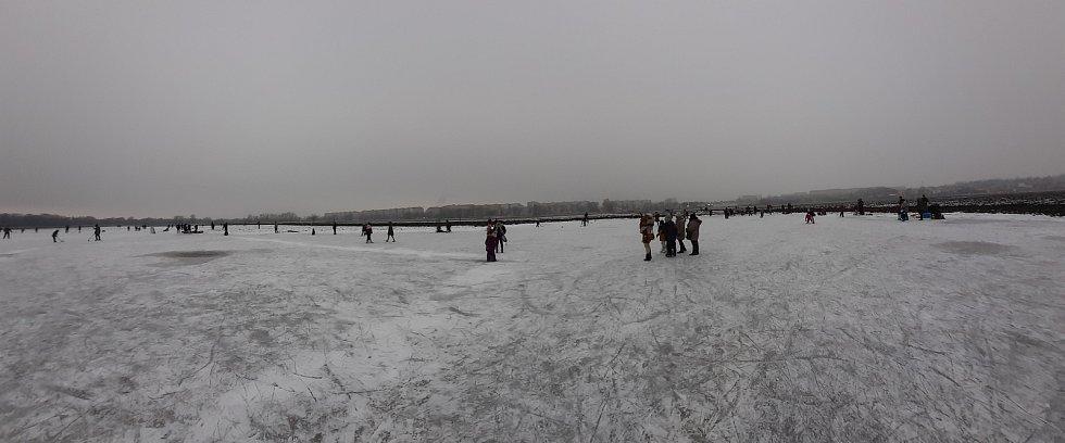 Díky podzimním dešťům vzniklo na Očovských loukách u sídliště Jihovýchod v Hodoníně jezero, které následně zamrzlo. Bruslit se na něj vydávají houfy lidí.