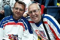 Jan Pivka (vpravo) s kamarádem sběratelem Josefem Charousem při loňském mistrovství světa v Bratislavě.