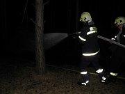 Lesní požár musely řešit hasičské jednotky od půl dvanácté v noci na pátek jižně od Vracova.