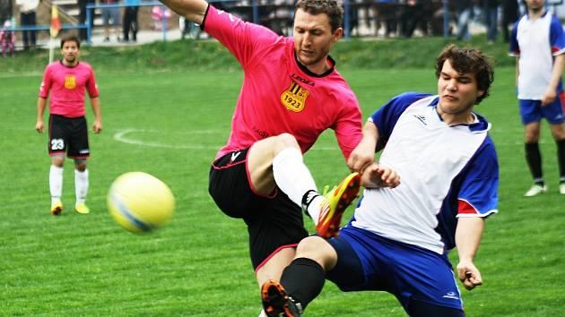 Zkušený útočník Krumvíře Martin Doležal (v růžovém) se proti Žarošicím neprosadil. Hostujícího forvarda uhlídal mladý stoper Dama Ždánský.