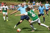 Fotbalisté Uhřic (v modrých dresech) prohráli s ligovým Jabloncem nad Nisou 1:9. Utkání bylo hlavním bodem oslav výročí osmdesáti let založení uhřického klubu.