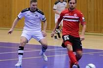Futsalisté Tanga Hodonín (v bílém) se v pátek večer postaví favorizovanému Benagu. Duel ve Zruči nad Sázavou skončil remízou 3:3.